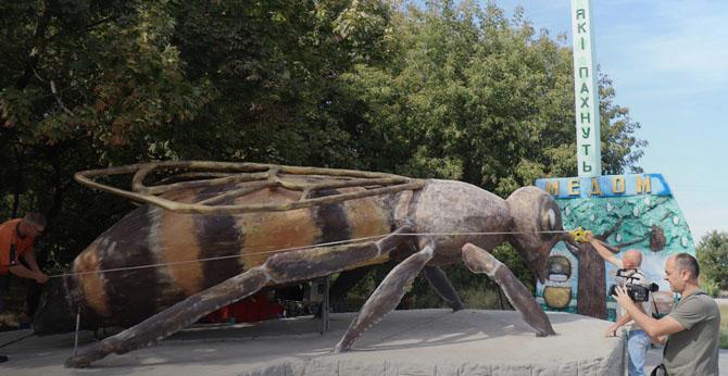 Памятник пчеле Запорожье